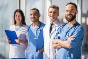 Uniforme para clínicas: entenda sua importância na área da saúde